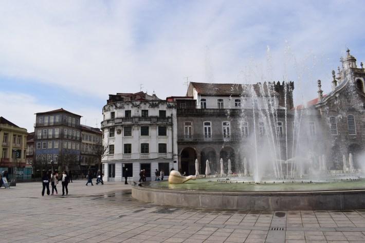 Praça da Republica y la arcada detras de la fuente. Braga (Portugal)