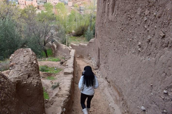 Atravesando la Kasbah Tighremt N Tazgue. Tizgui (Marruecos)