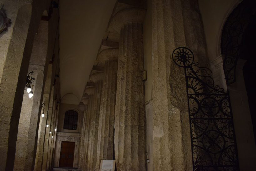 En el interior del Duomo, columnas del antiguo templo de Atenea, Siracusa, Sicilia (Italia)