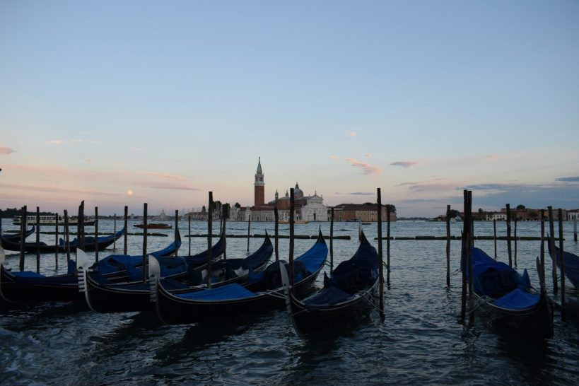 Góndolas y al fondo la isla de San Giorgio, Gran Canal, Venecia (Italia)
