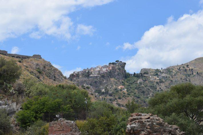 En lo alto a la izquierda de la imagen el Castillo El Manor,  Taormina, Sicilia (Italia)