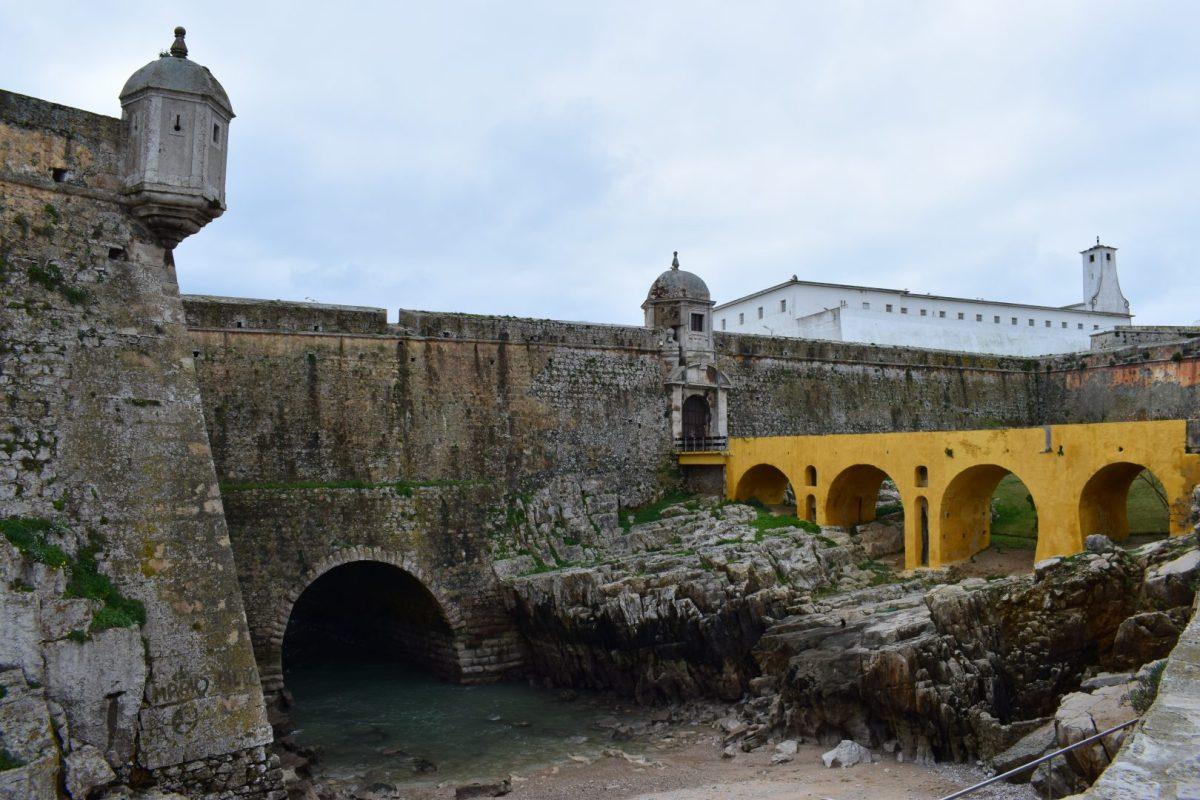 PENICHE (PORTUGAL) FORTIFICADA Y SURFER