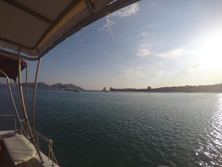 En el barco Balkan con el Castillo de Methoni y la isla de Sapientza al fondo