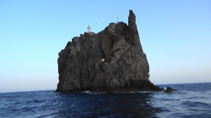 Strombolichio frente a Stromboli, Islas Eolas, Sicilia (Italia)