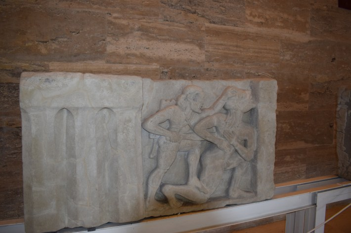 Metopas de los templos en el Museo de Paestum, Campania (Italia)