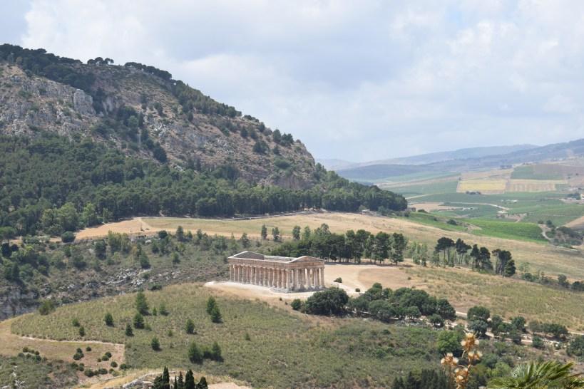 Vistas extraordinarias del Templo griego desde el camino que va al Teatro griego, Segesta, Sicilia (Italia)