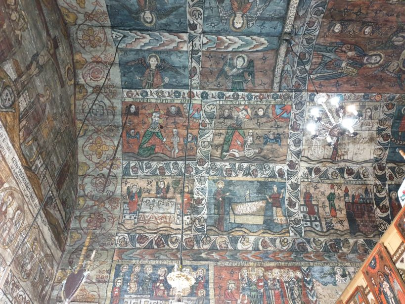 Pinturas naïf en la Iglesia de madera de Desesti, Maramures (Rumanía)