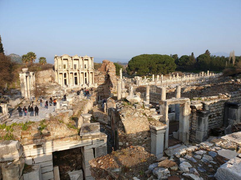 A la derecha, ruinas del Lupanar, Éfeso (Turquía)