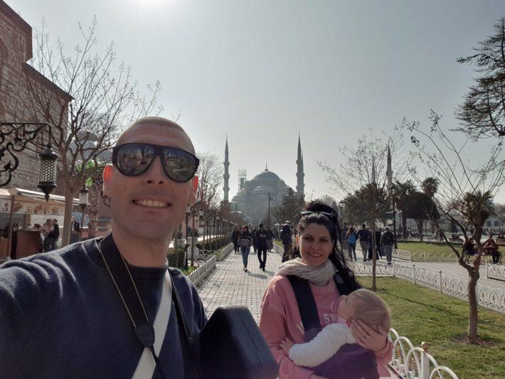 La Mezquita Azul tras la plaza de Sultanahmed, Estambul (Turquía)