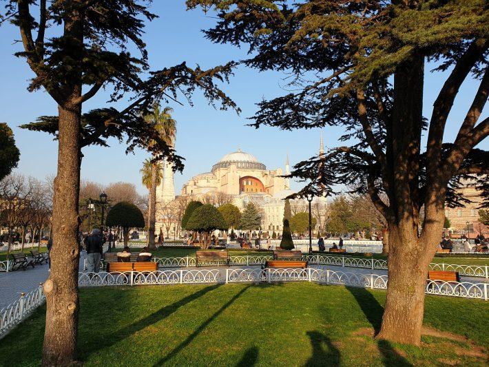 Basílica de Santa Sofía vista desde la plaza de Sultanahmed, Estambul (Turquía)