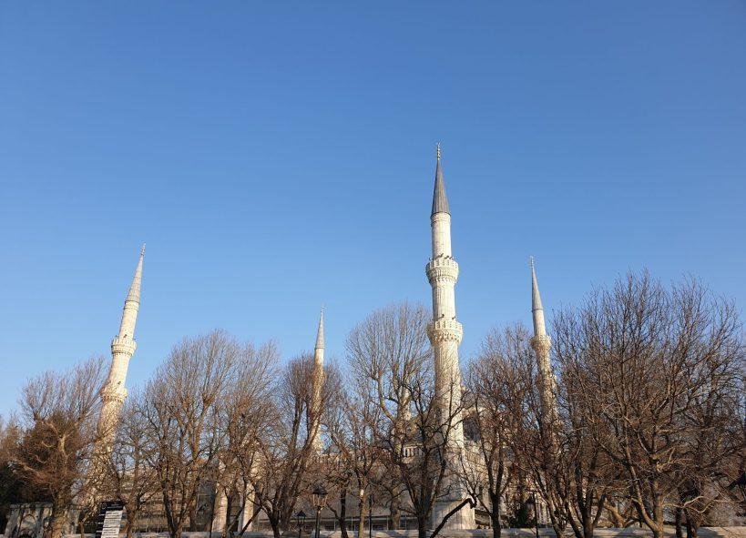 Entrada y los preciosos minaretes de la Mezquita Azul desde el Hipódromo, Estambul (Turquía)