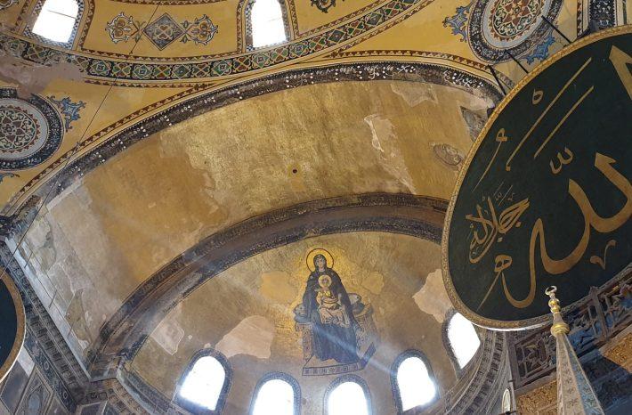 Mosaico del siglo IX de la Virgen y el Niño, en el ábside, en el interior de la Basílica de Santa Sofía, Estambul (Turquía)