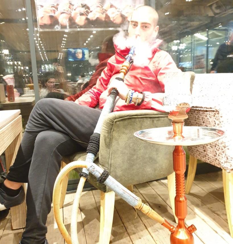 Fumando una narguille, Estambul (Turquía)