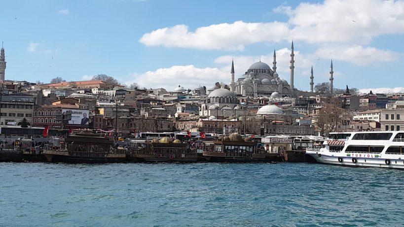 Vistas desde el estrecho del Bósforo de la majestuosa Mezquita Süleymaniye, Estambul (Turquía)
