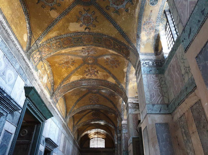 En el nártex, sobre la llamada Puerta Imperial se sitúa el mosaico con un Pantocrátor,en interior de la Basílica de Santa Sofía, Estambul (Turquía)