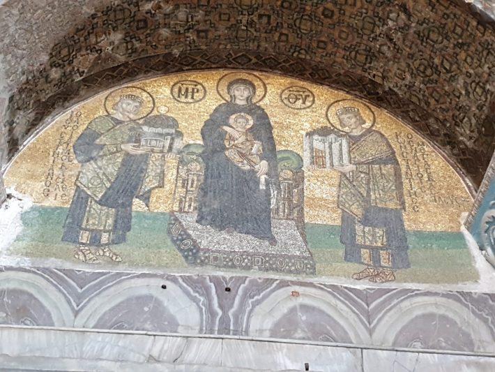 Mosaico del siglo X, representando a Constantino el Grande ofreciendo Santa Sofía a la Virgen y Justiniano ofreciendo la ciudad de Constantinopla a la Virgen María., Basílica de Santa Sofía, Estambul (Turquía)