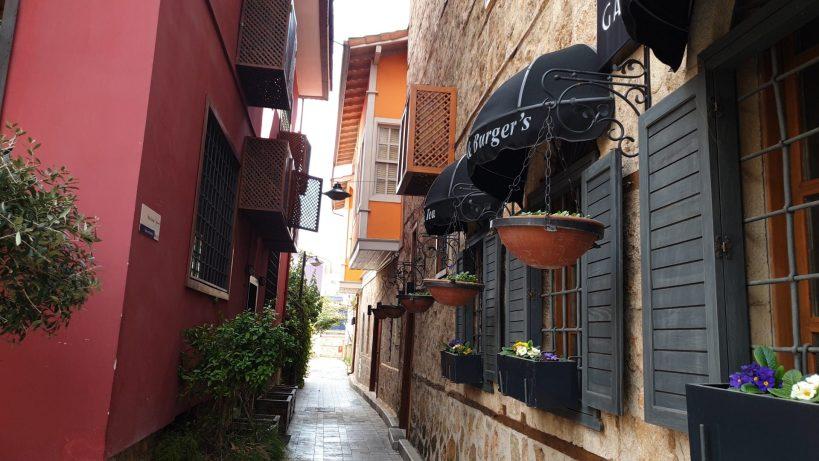 Vista de las cumbas en el barrio histórico de Kaleiçi, Antalya (Turquía)