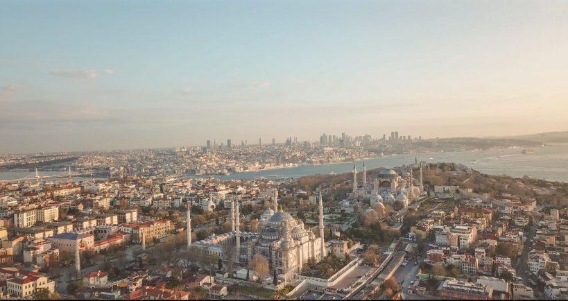 Foto que hicimos con nuestro drone, donde vemos una vista aérea de la ciudad de Estambul, se aprecia la Mezquita Azul en primer plano frente a la Basílica de Santa Sofía en la zona de Sultanahmed, Estambul (Turquía)