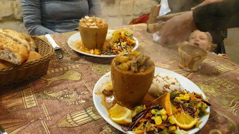 Cenando Testi Kebab, Göreme, Capadocia (Turquía)