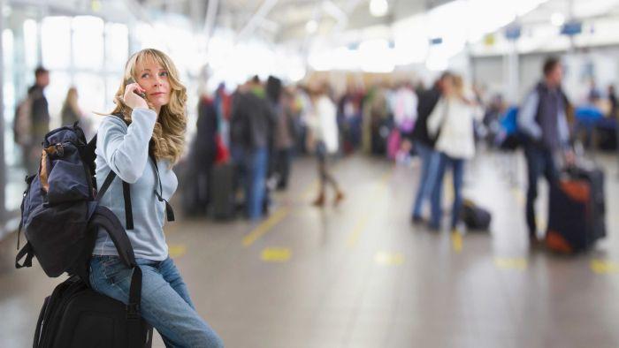 Aeropuerto mujer esperando