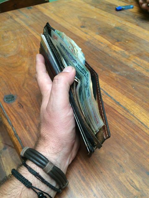 Aquí mi cartera, llena de rupias para Brahma.