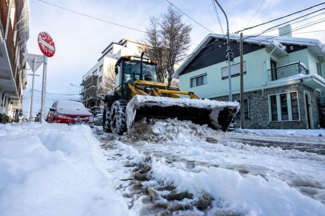 """Within the framework of the winter operation, the Municipality of Ushuaia, located in Civil Defense, asks the neighbors """"caution when traveling on the different arteries of the city."""""""