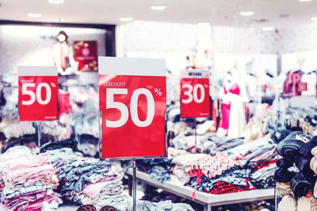 photo of discount sign, säästövinkkejä parempaan elämänlaatuun