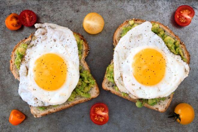 Mic dejun cu oua si pasta de avocado