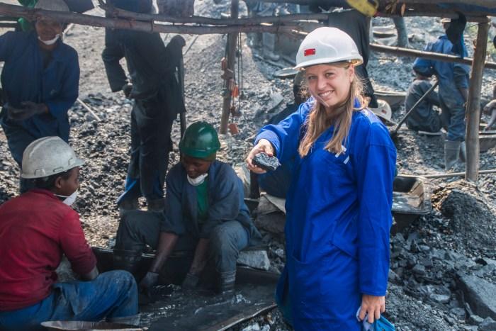 Bibi Bleekemolen, de Impacto y Desarrollo, en una mina de tungsteno en Ruanda