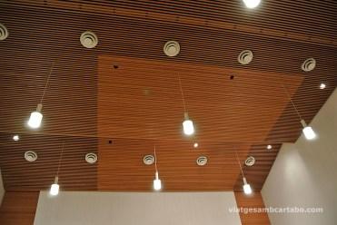 Auditori amb els sostres de llistons de fusta