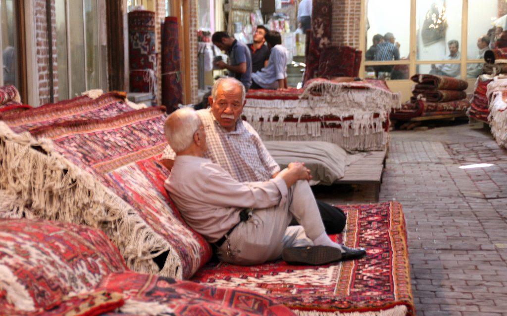 2016-07-18 (venedors de catifes conversant al basar de Tabriz)