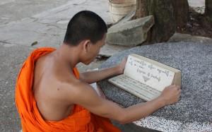 2009-08-23 (monjo llegint)