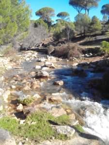 río fluyendo s
