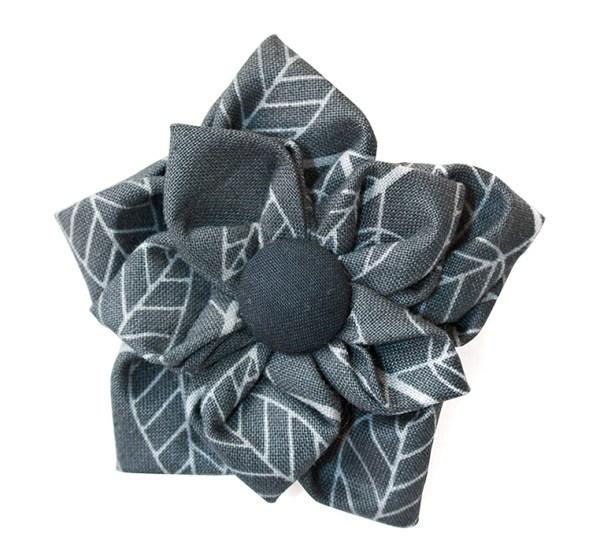 Брошь серый цветок