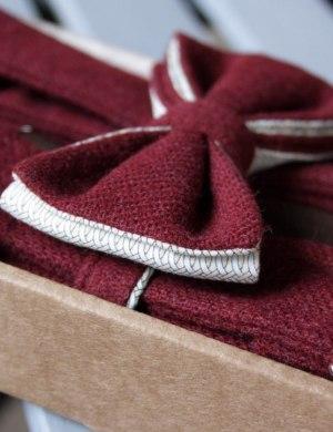 Подтяжки и галстук-бабочка из бордового твида.