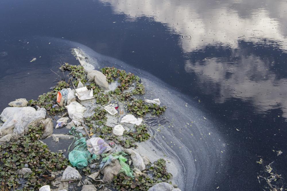 El plástico es el material más recurrente en la basura que flota en el Río Lerma.