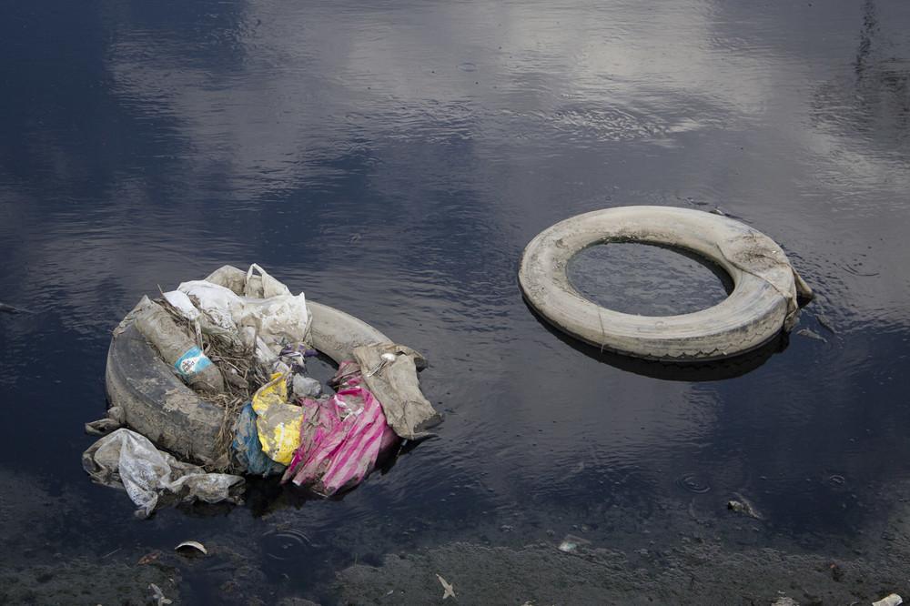 El agua del Río Lerma está contaminada con desechos industriales tales como plomo y mercurio, haciéndola altamente tóxica para quienes viven a su alrededor.