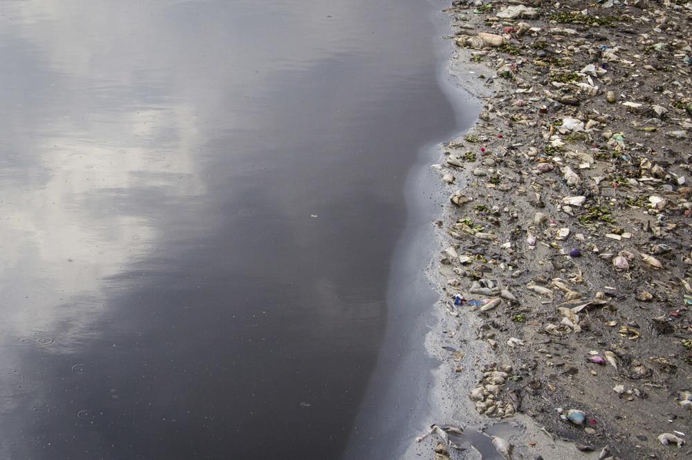 Basura flota sobre la superficie del Río Lerma.