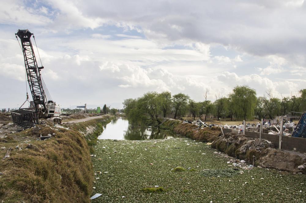 Parte de la basura del basurero municipal de San Mateo Atenco termina en el Río Lerma.