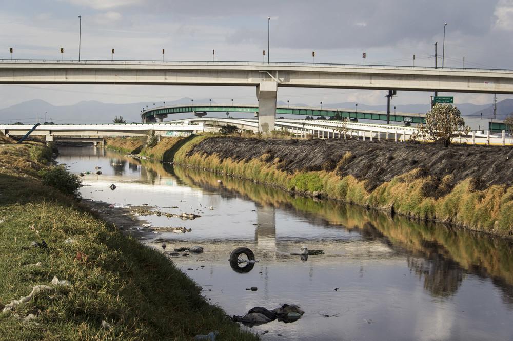 Diversas carreteras pasan sobre el Río Lerma a la altura de San Mateo Atenco, siendo la México-Toluca una de las más transitadas.