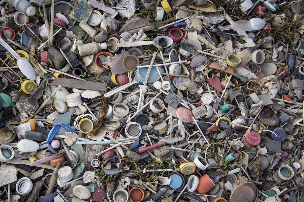 Tapas de botellas, palos de paleta y otros pequeños plásticos se encuentran a orillas del Río Lerma. Muchos de estos resiudos terminan en el agua del río.