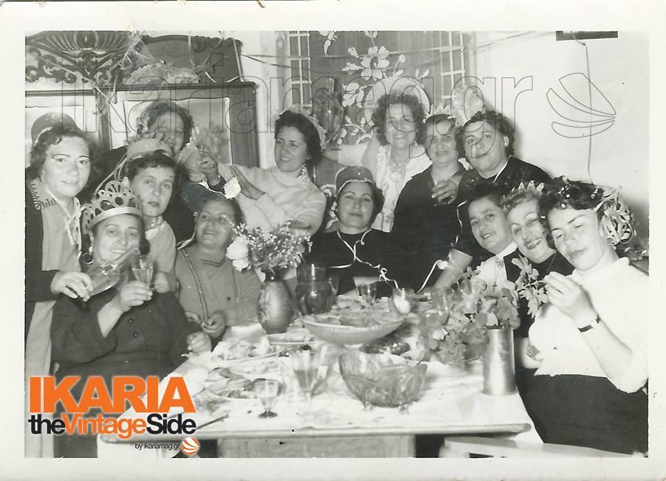 Διαβάζω: «Τα χρόνια που η Ελλάδα ήταν η τίγρη των Βαλκανίων. Η φωτογραφία είναι τραβηγμένη γύρω στο 1960, στον Άγιο Κήρυκο. Οι κυρίες διασκεδάζουν με λικέρ από την Πάτμο στο σπίτι της Καλιμάνενας. Οι άντρες παίζουν πρέφα ή μπελότα στο καζίνο ή στου Κέκερη, ή πίνουν κανένα κρασάκι στου Καϊσή. Μπορεί να πήγαν και καμιά βεγγέρα για κανένα χουσμέτι». Παρά τις άγνωστες λέξεις, νομίζω όλοι περάσαν καλά εκείνο το βράδυ.