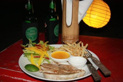 Filé de atum grelhado com salada e fritas...