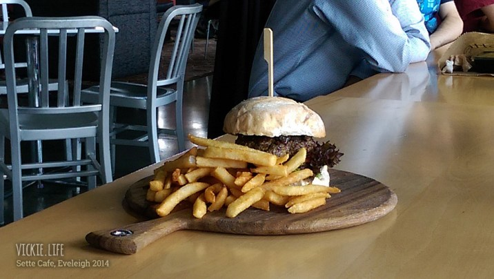 Sette Cafe: Burger with Chips