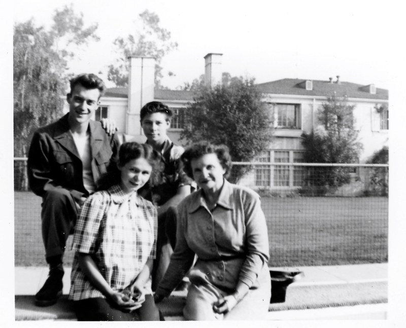 Thanksgiving'50,Terry&Hazel,Mom&dad.KecksMansion,BelAire