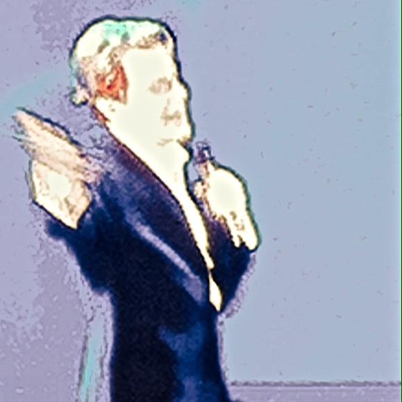 Et voilà, Eddie Izzard à la Jumbotron at the Hollywood Bowl