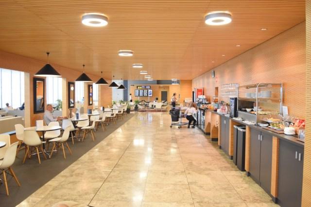 Tische mit Eames Lougne Chairs im Restaurantbereich