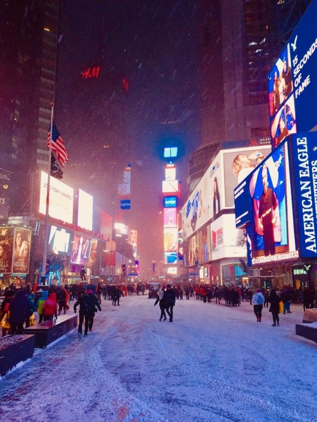 Am Times Square tanzen alle im Schnee