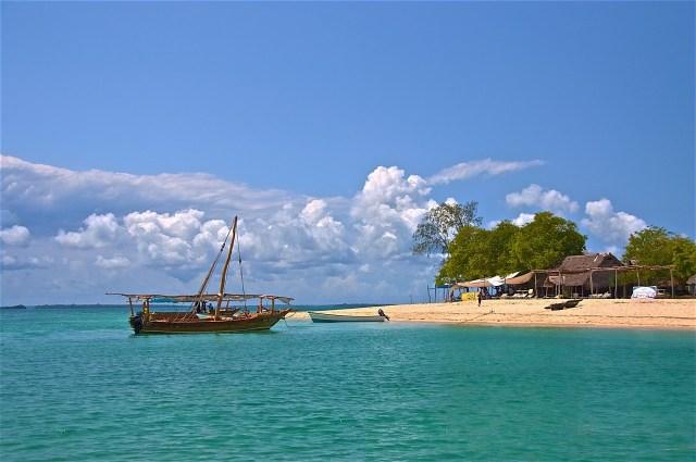 Strand mit Fischerboot an Sansibars Ostküste