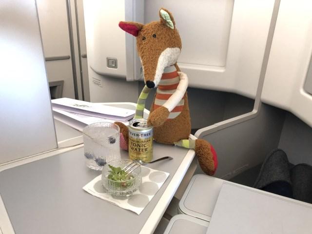 Amuse-Gueule mit einem Gin Tonic in der Finnair Business Class Airbus A350-900